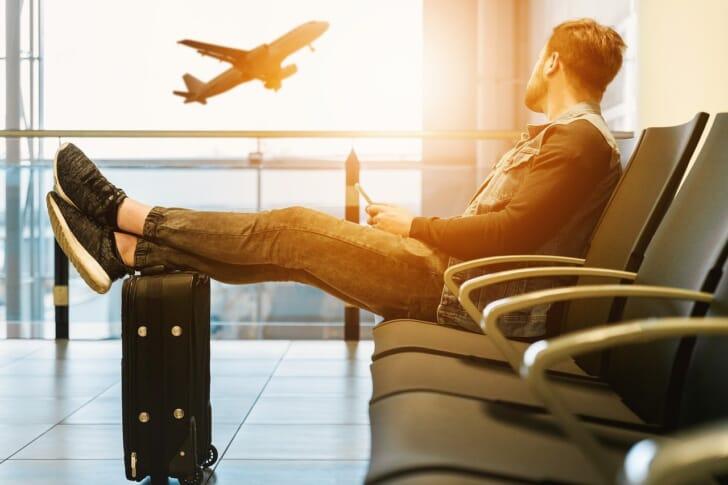 機構気を見ながら休憩している人の写真