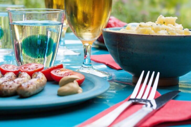 撥水加工のテーブルクロスを敷いたキャンプ食卓の写真