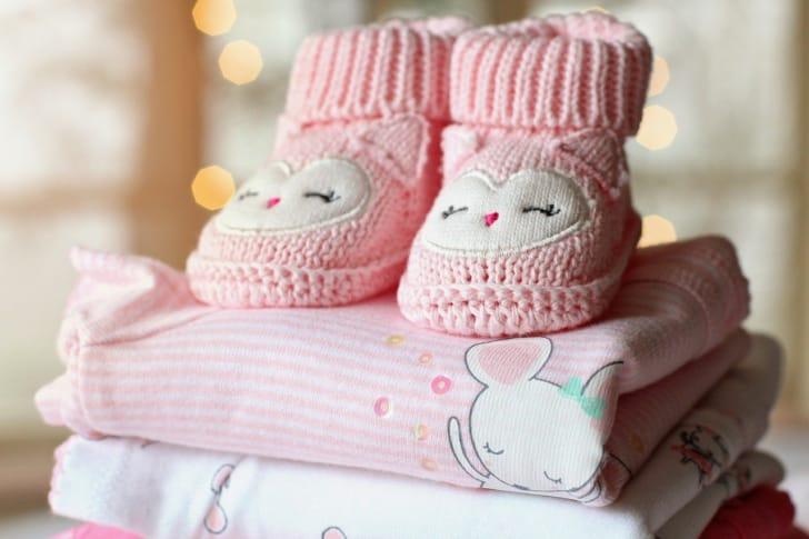 赤ちゃんの服と靴下の写真