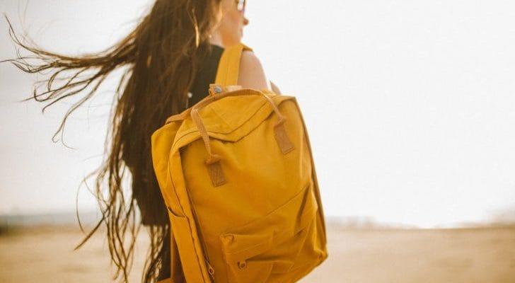 黄色いリュックを背負った女性の写真
