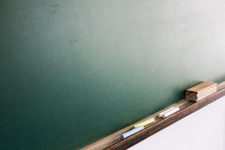 黒板と黒板消しの写真