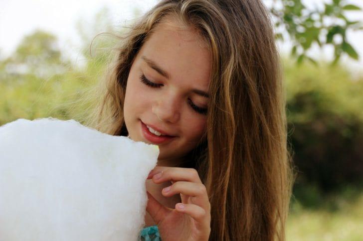 わたあめを食べる女の子の画像