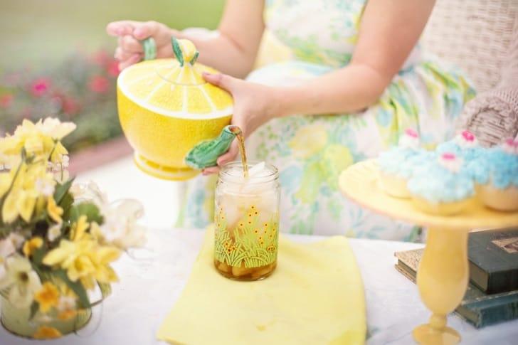 透明ボトルにお茶を注いでいる写真
