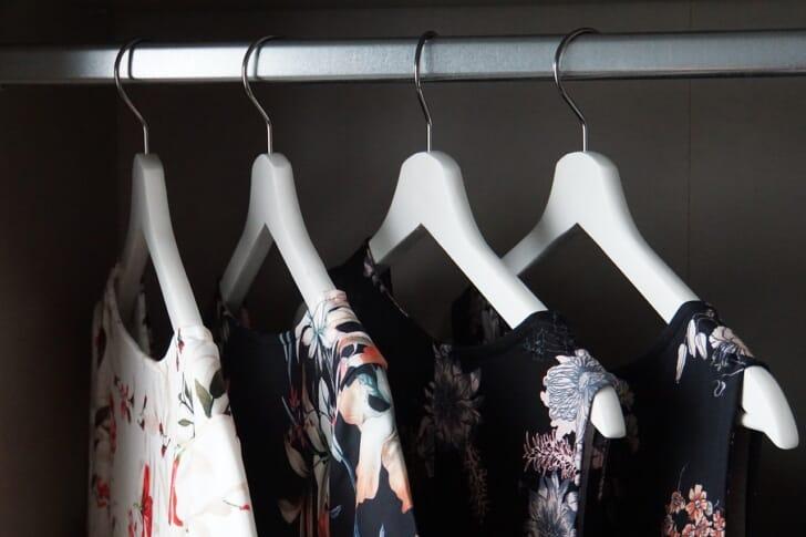 ハンガ―ラックに洋服をかけている写真