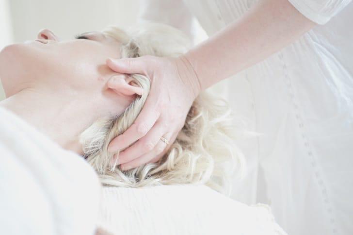 頭皮マッサージをされている女性の写真