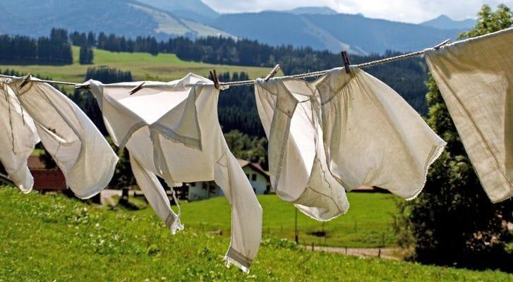 高原で白いシャツが干されている写真