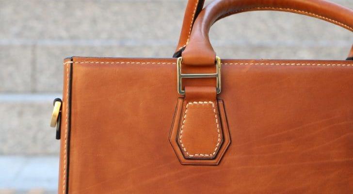 革のトートバッグのアップ画像