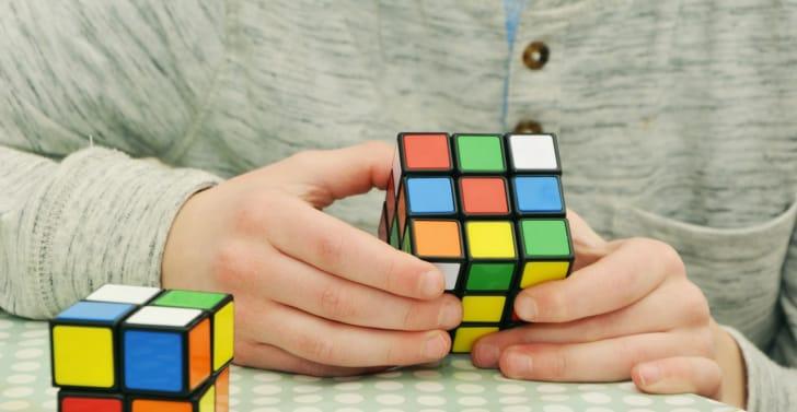 ルービックキューブで遊ぶ子供の写真
