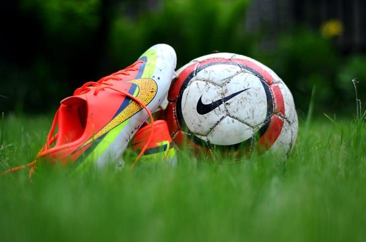 サッカーボールとスパイクの写真