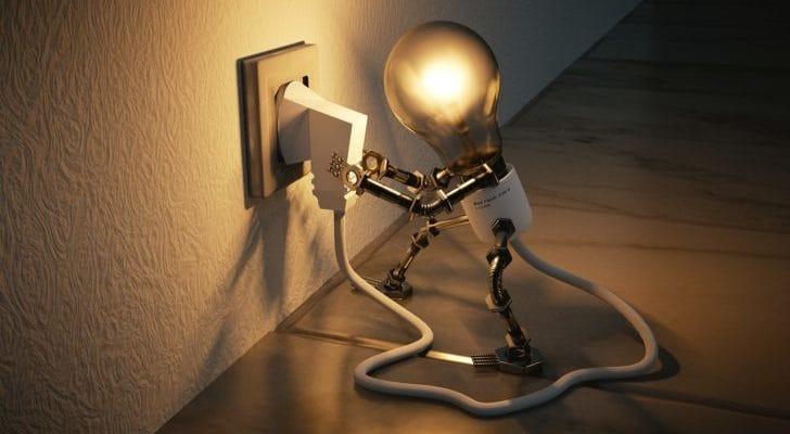 コンセントを繋ぐ電球の画像