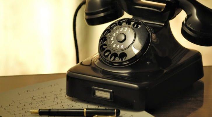 アンティークな黒電話の写真