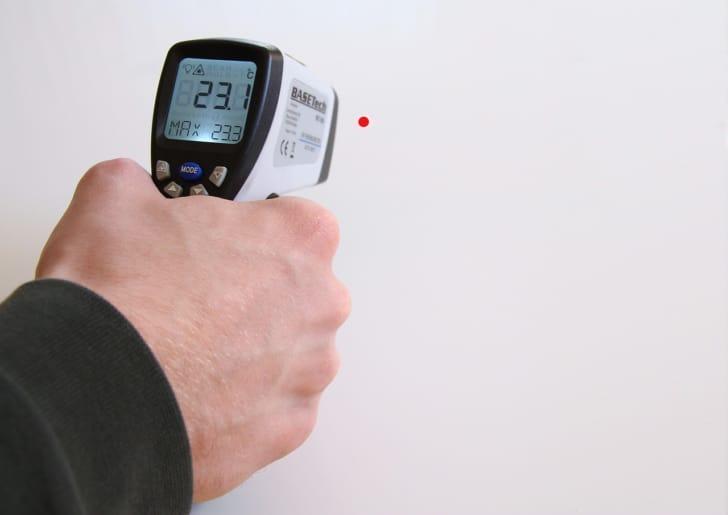 おでこで測れる体温計の写真