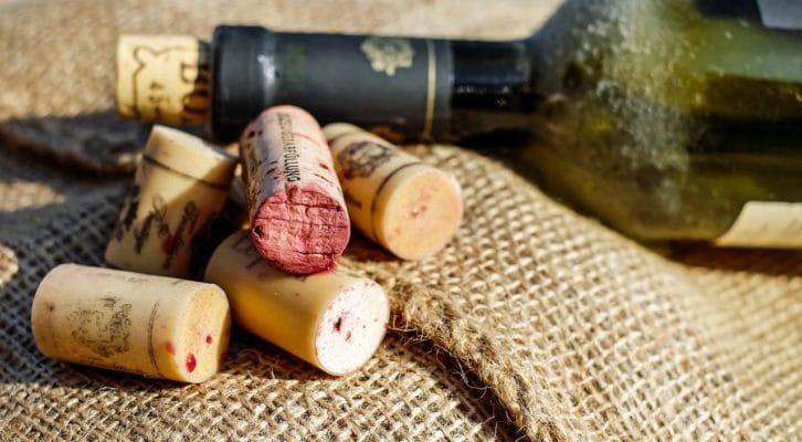ワインのコルクがいくつかある写真