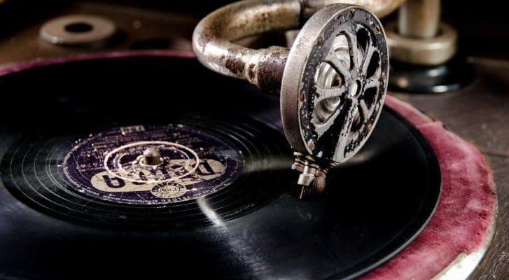 アンティークなレコードプレーヤーの写真