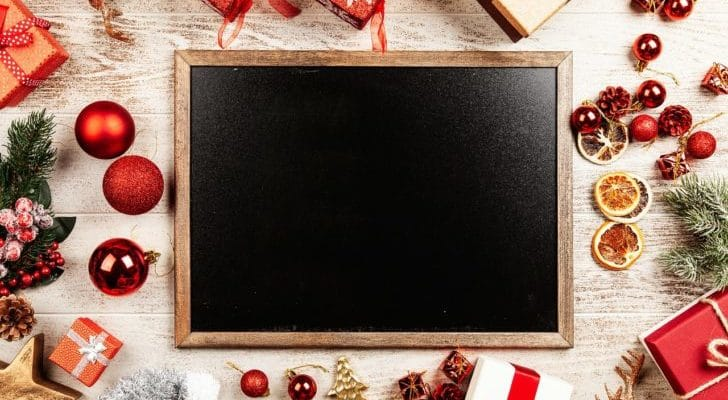 黒板の周りにクリスマスのギフトが置いてある写真