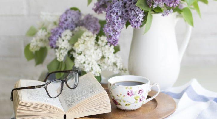 メガネと読書の写真