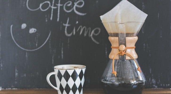 コーヒーカップとコーヒードリッパーの写真