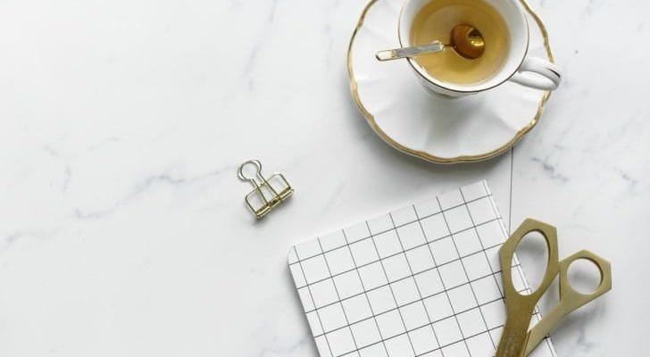 大理石テーブル、文房具、ティーカップの画像