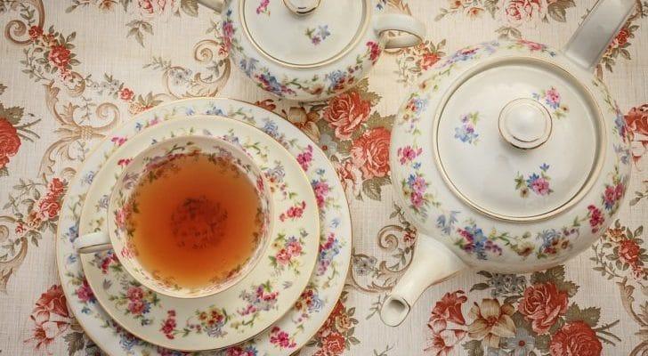 花柄のテーブルとティーセットの画像