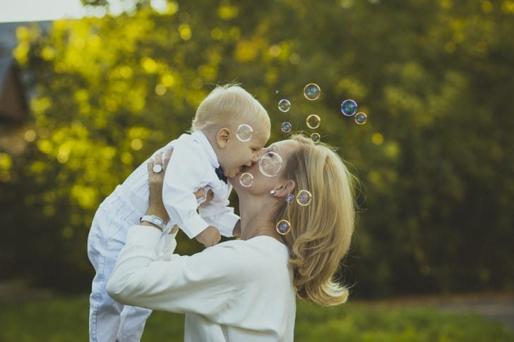 ママが赤ちゃんを抱き上げている画像