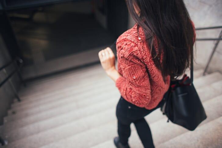 おしゃれなブランドトートバッグを持っている女性の写真