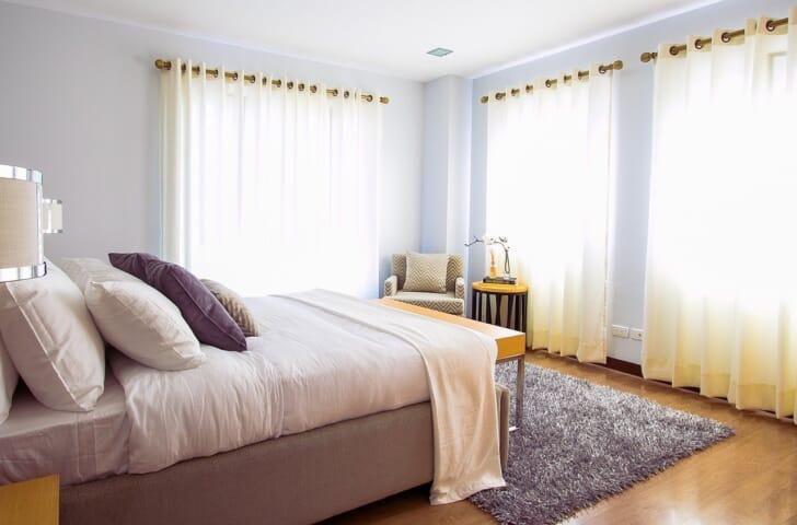 カーペットやベッドなど、ダニの繁殖し易そうな部屋の写真