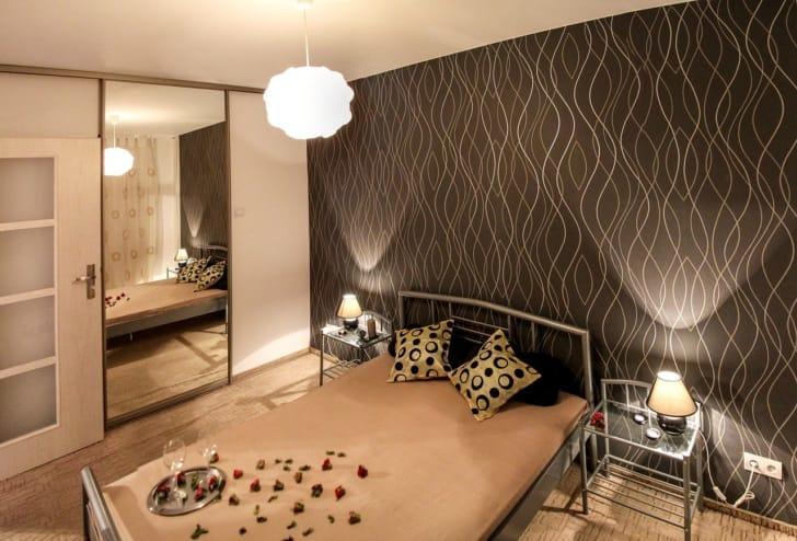 アクセントクロスを使ったおしゃれな寝室の写真