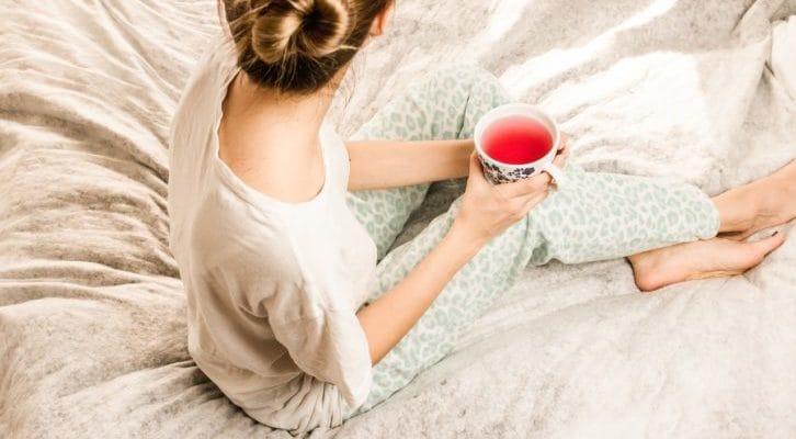 ベッドの上でパジャマを着ている人の写真
