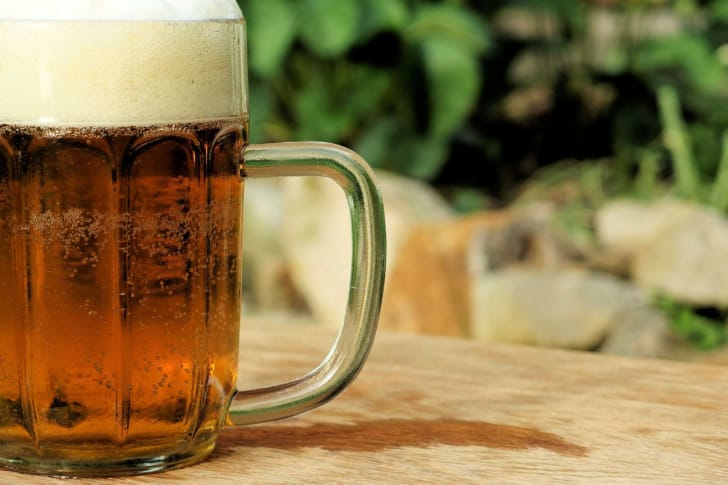 岩場に置かれているビールの写真