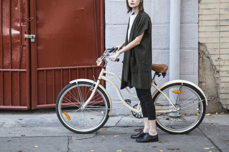 おしゃれな自転車で街乗りしている女性の写真