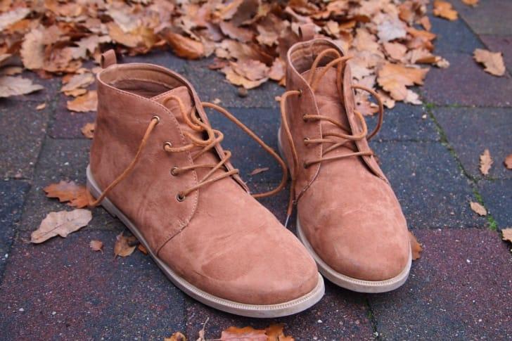 ブーツと落ち葉の写真