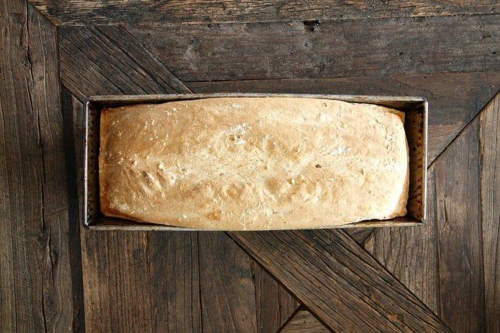 型に入った食パンの写真