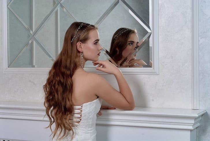 ヘアコームを使った結婚式のヘアアレンジメントの写真