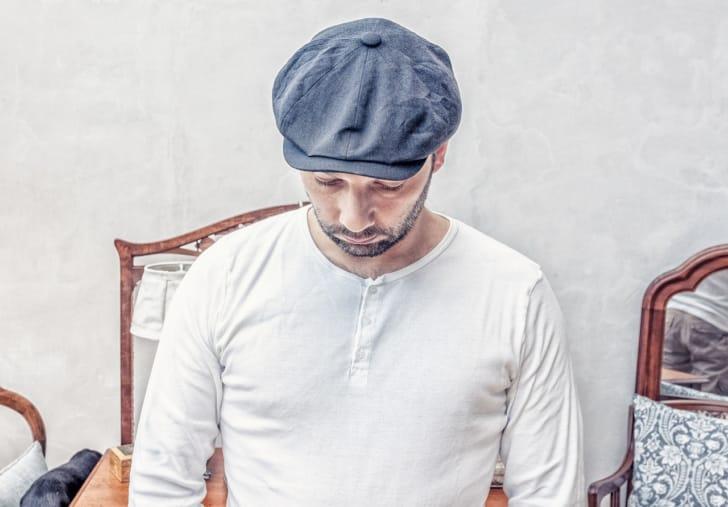メンズキャスケットをかぶった男性の写真