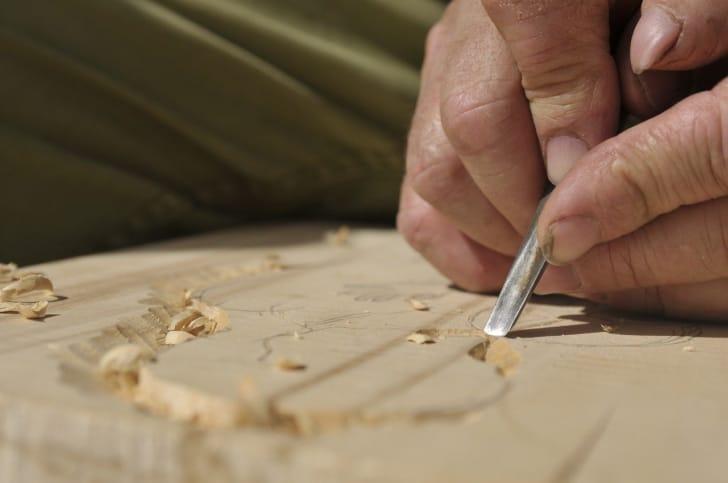 彫刻刀で作品を削っている写真