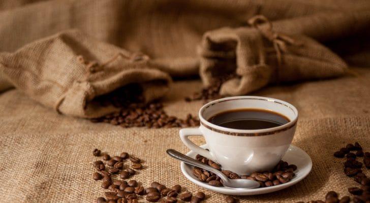 コーヒー豆とコーヒーの写真