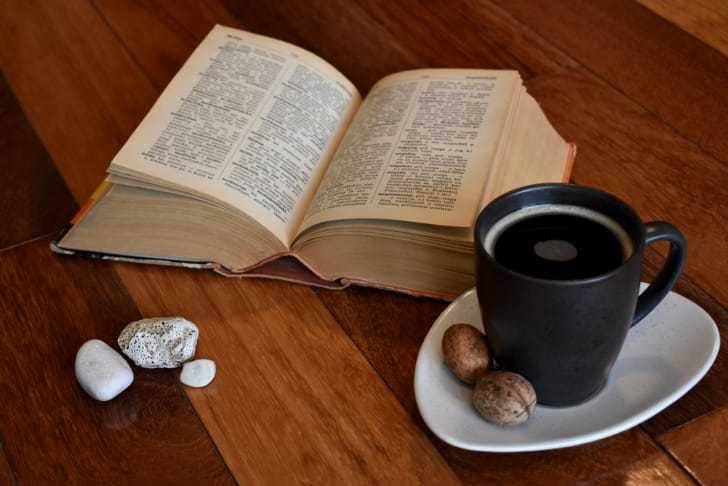 辞書とコーヒーを並べた写真