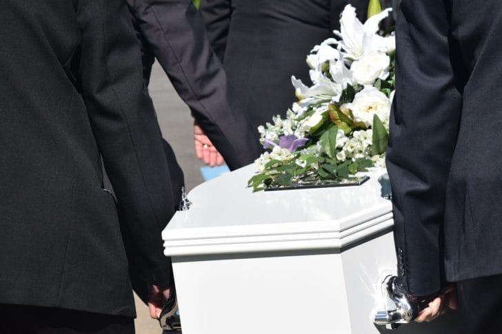 c30d542e4c1 キリスト教的白い棺を運ぶお葬式の写真 出典: carolynabooth / Pixabay. お通夜やお葬式など ...