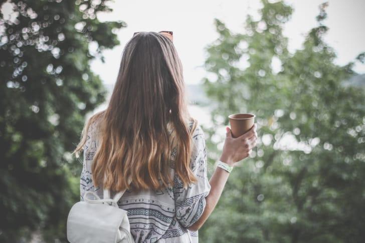長い髪の女性の後ろ姿の写真