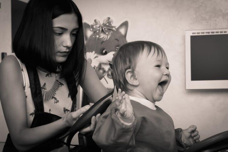 赤ちゃんの髪をカットしている写真