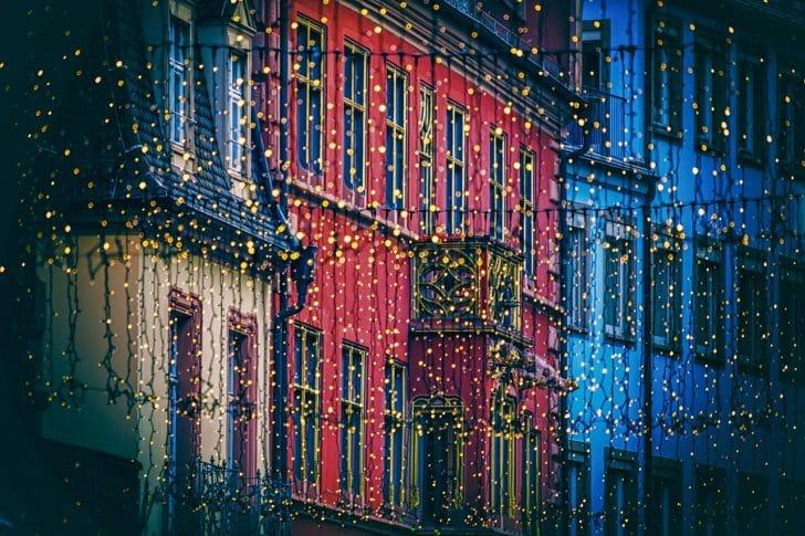 イルミネーションで飾られた町並みの写真