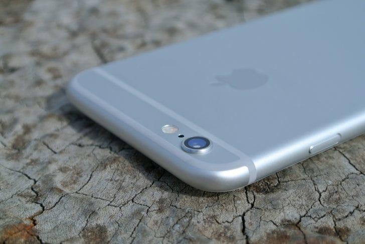 裏向きのiPhoneの写真
