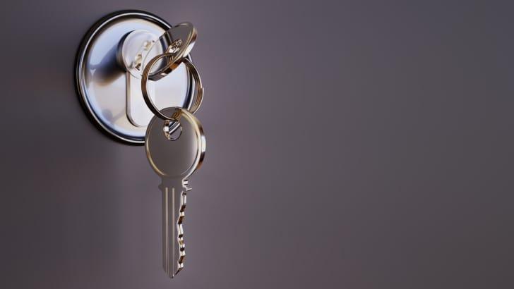 鍵穴にささった鍵の写真