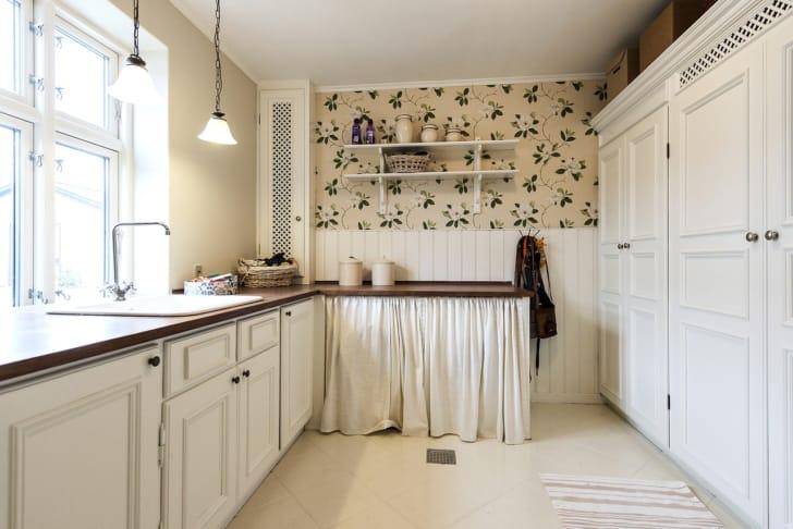 おしゃれなキッチンの照明の写真