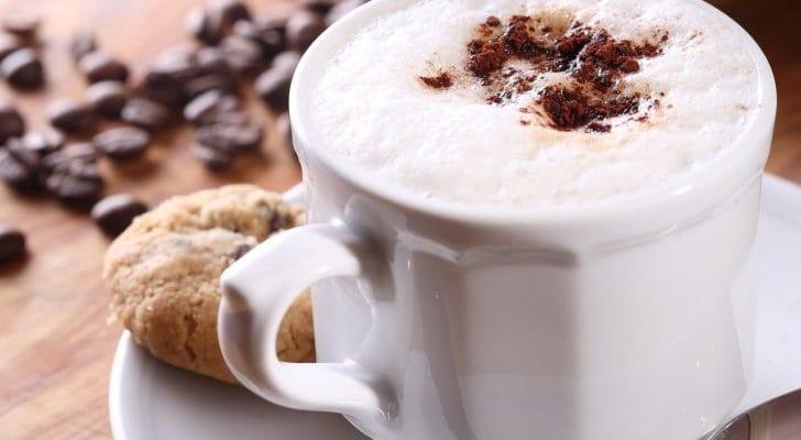 カフェラテ、クッキーの画像