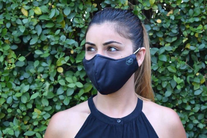 ひんやり夏用マスクをしている女性の写真
