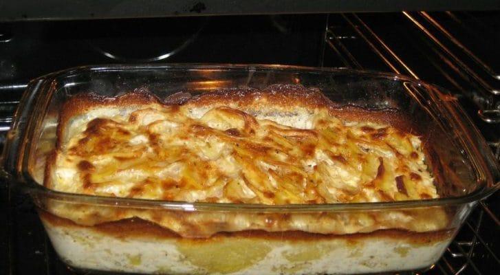 オーブンでグラタンを焼く写真