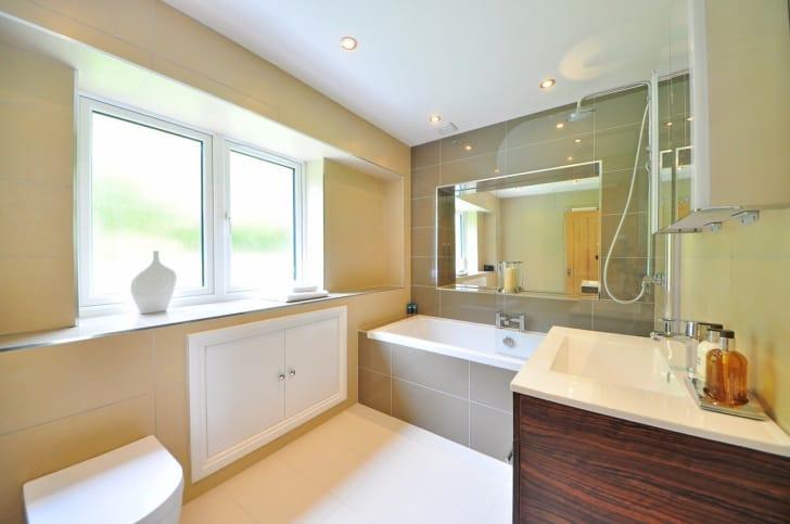 鏡のあるお風呂場の写真