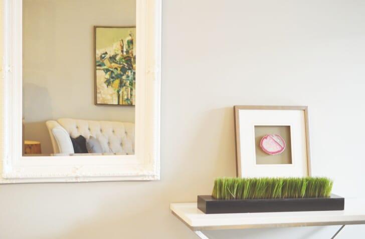 壁にかけたミラーの写真