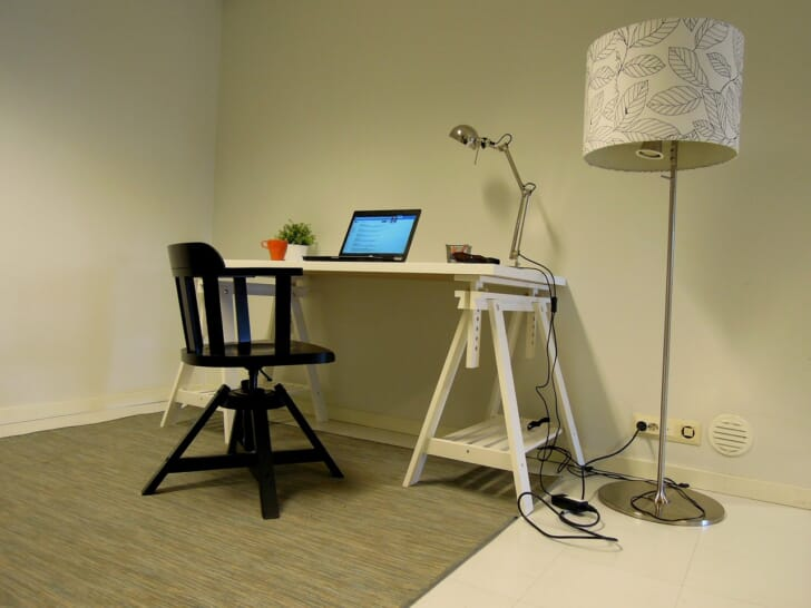 オフィスチェアの足元に敷いてあるチェアマットの写真